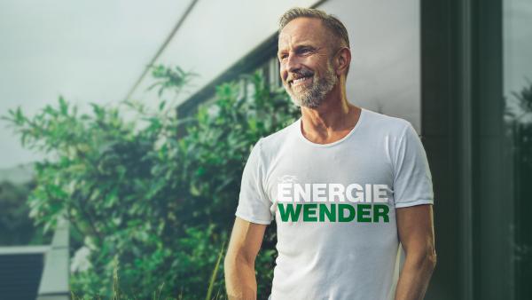 """Ein Mann trägt stolz sein Shirt mit der Aufschrift """"Energiewender"""" von SenerTec."""