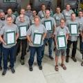 Die Teilnehmer des Service Workshops bei SenerTec nehmen stolz ihre Urkunden entgegen.