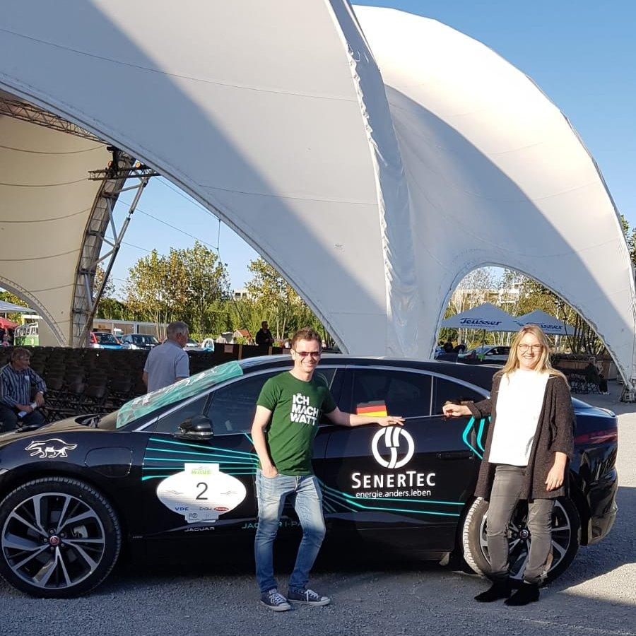 Das Team SenerTec steht bei der Wave Trophy 2019 neben dem Jaguar I-PACE im SenerTec-Branding.