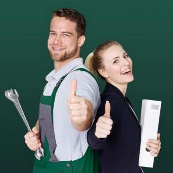 zwei Personen in Arbeitskleidung