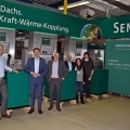 Politiker von B90/Die Grünen in der Produktion des Dachs Mini-BHKWs.