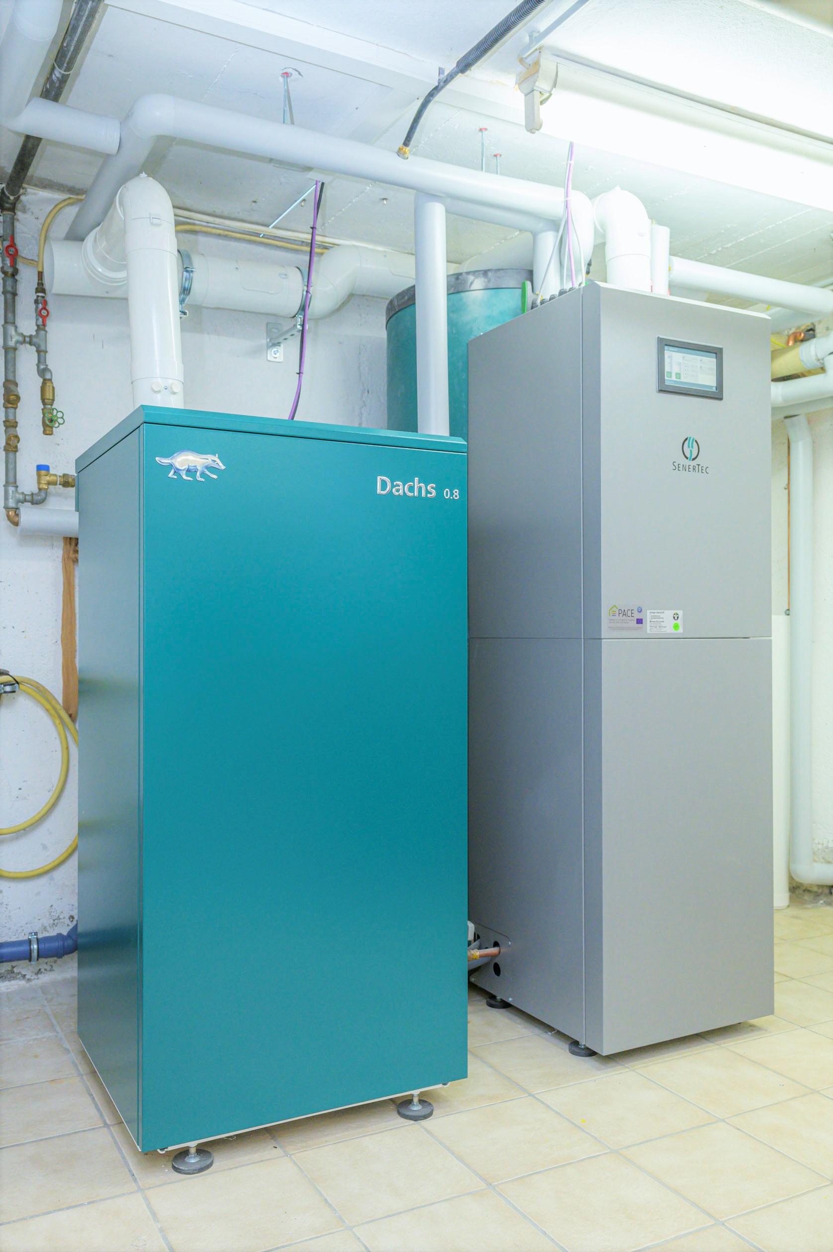Der neue Dachs 0.8 mit Brennstoffzellentechnologie. Einbausituation der stromerzeugenden Heizung in einem Keller.