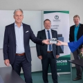 SenerTec-Geschäftsführer Dr. Josef Wrobel (vorne links) überreicht den Klimadachs 2019 an Dr. Anja Weisgerber. Andre Merz, Hagen Fuhl und Wolfgang Heß (alle SenerTec, hinten von links) freuen sich gemeinsam über das Engagement der Bundesabgeordneten für das Klima und die Kraft-Wärme-Kopplung.