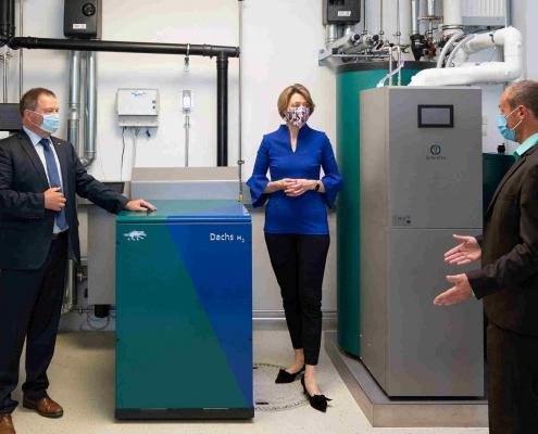 Andre Merz (rechts im Bild, SenerTec) im Gespräch mit Dr. Anja Weisgerber und Hagen Fuhl (SenerTec).