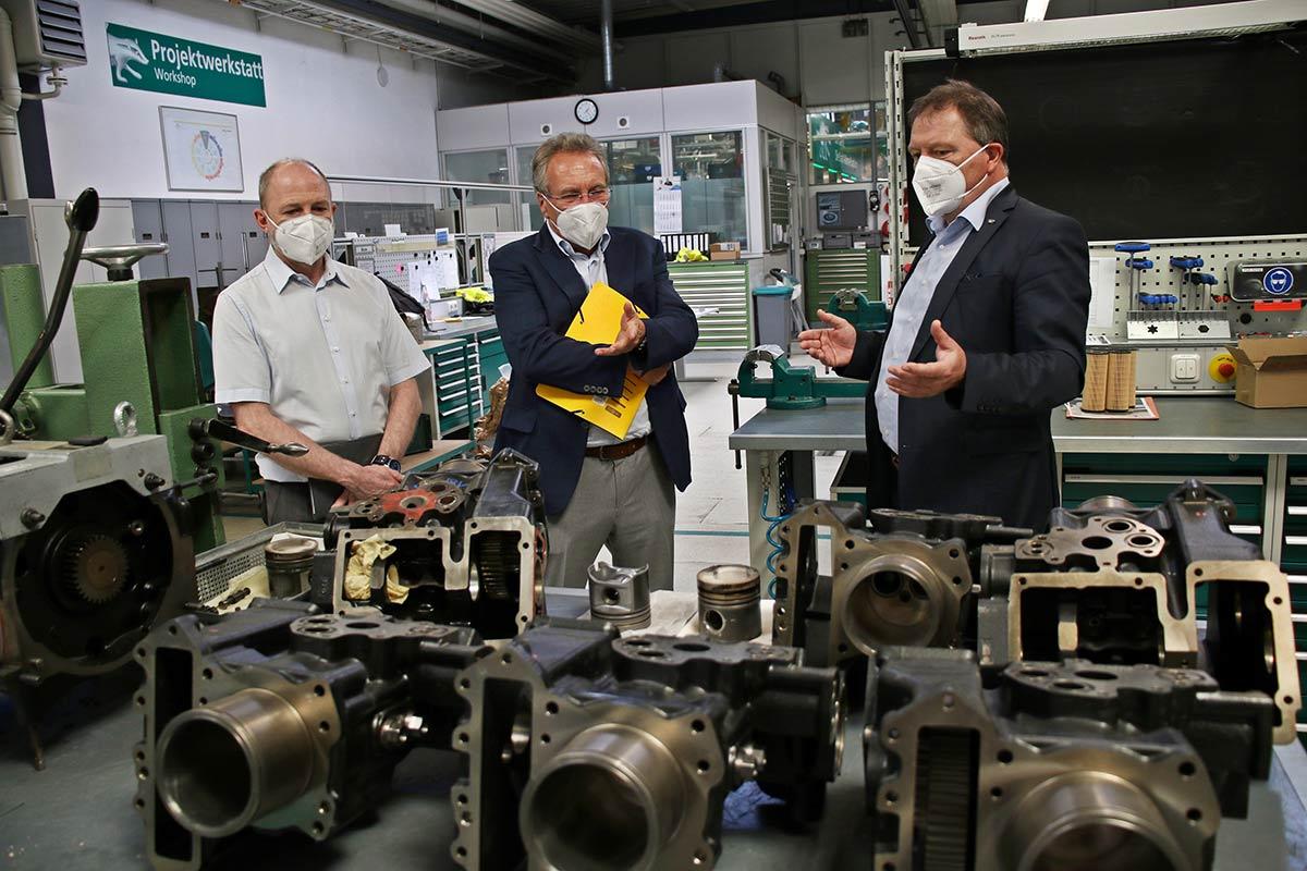 (v. r.) Hagen Fuhl erklärt den Politikern Klaus Ernst und Frank Firsching, warum Kraft-Wärme-Kopplung die ideale Partnerin der Erneuerbaren Energien sein kann.