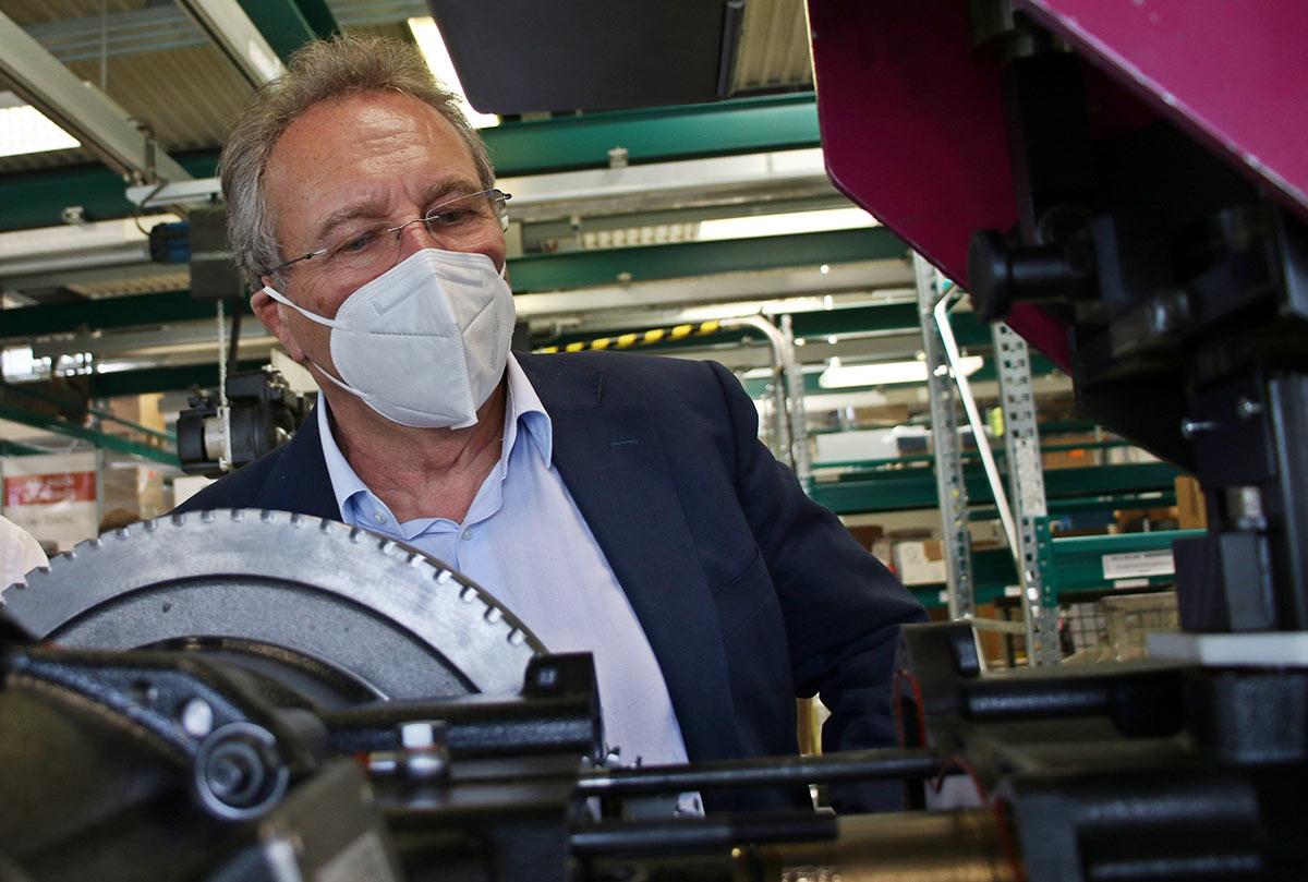 Klaus Ernst zeigte großes Interesse: Seit seinem letzten Besuch vor mehr als 10 Jahren hat sich bei SenerTec einiges getan.
